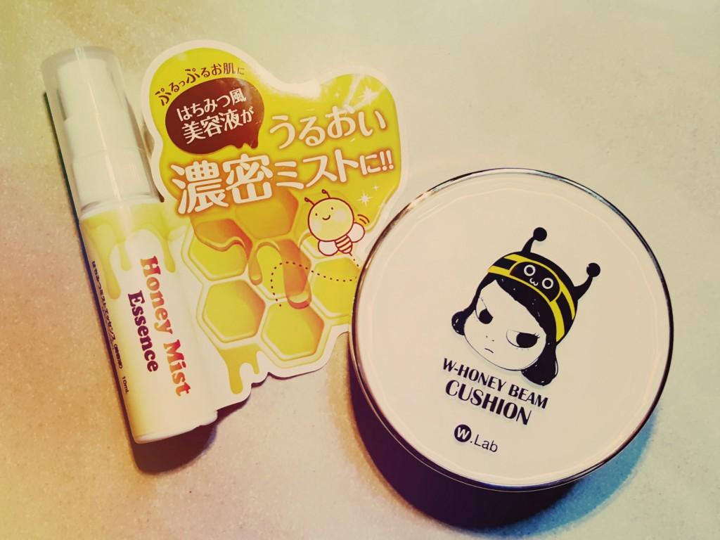 (左)アンズコーポレーション Honey Mist Essence (右)W.Lab W-Honey Beam Cushion