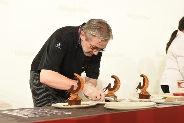 甜品大師Jean-François Arnaud在Häagen-Dazs™於唯港薈舉行的甜品工作坊即場獻技