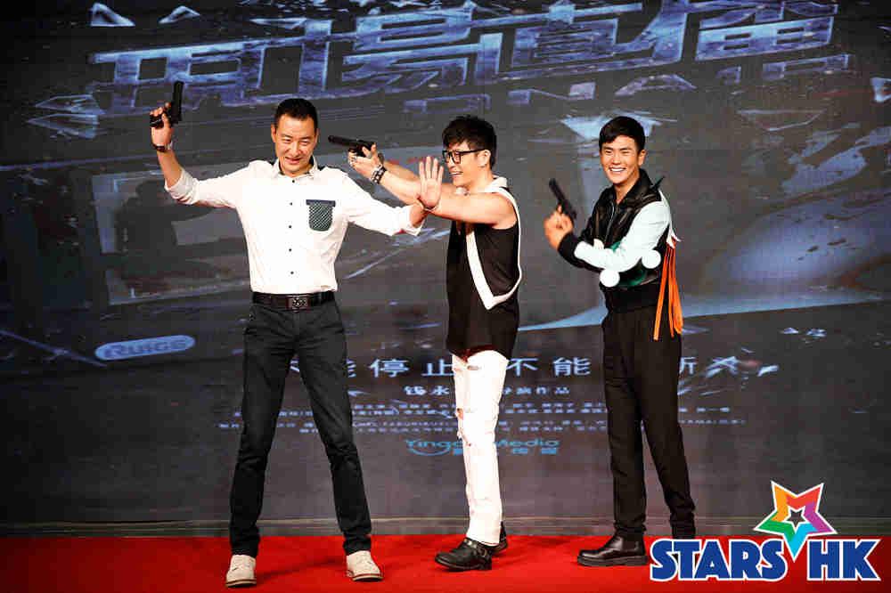 电影《现场直播》三位主演登台互动,从左至右依次:郝平、许绍洋、张晓龙