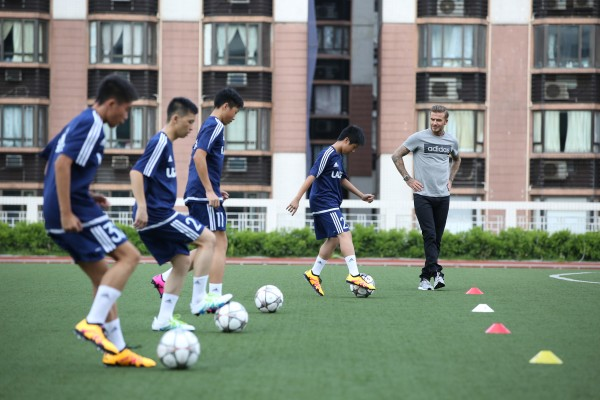 碧咸和球員們進行足球訓練互動 盡顯親切的一面_03