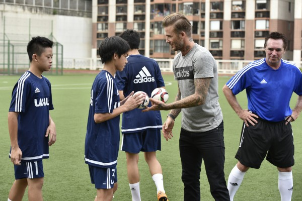 碧咸送上親筆簽名的adidas迷你足球給學員作紀念_01