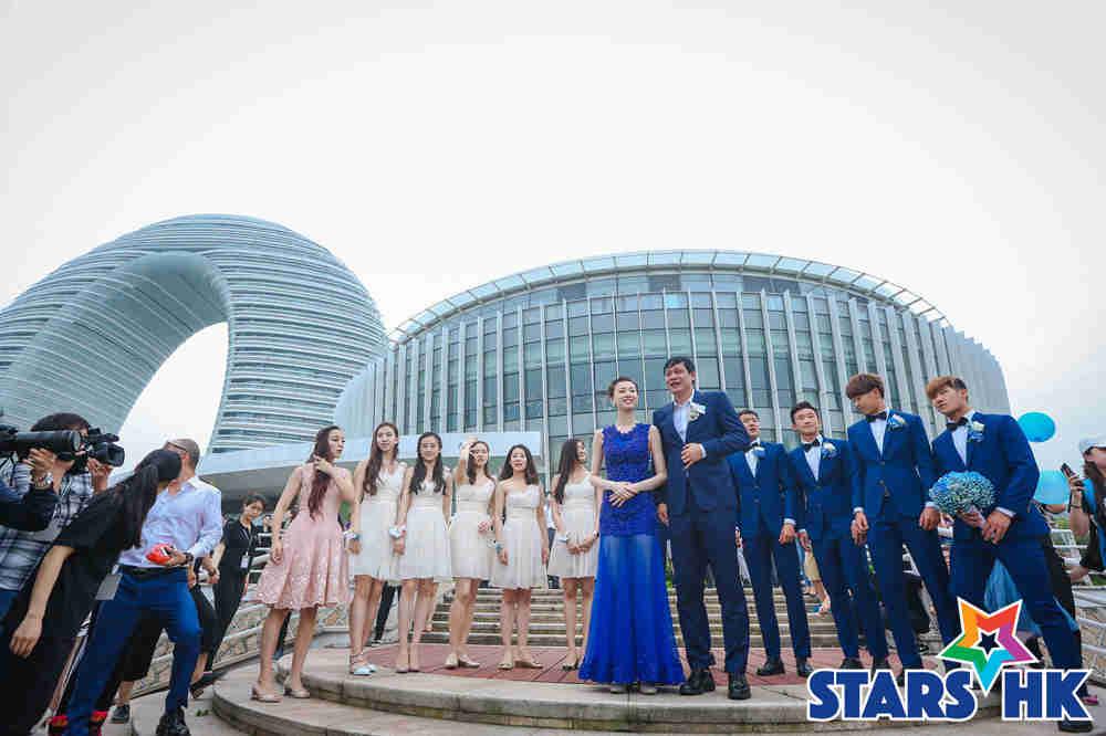 范志毅&张梦瑾携伴郎伴娘团在月亮酒店前合影