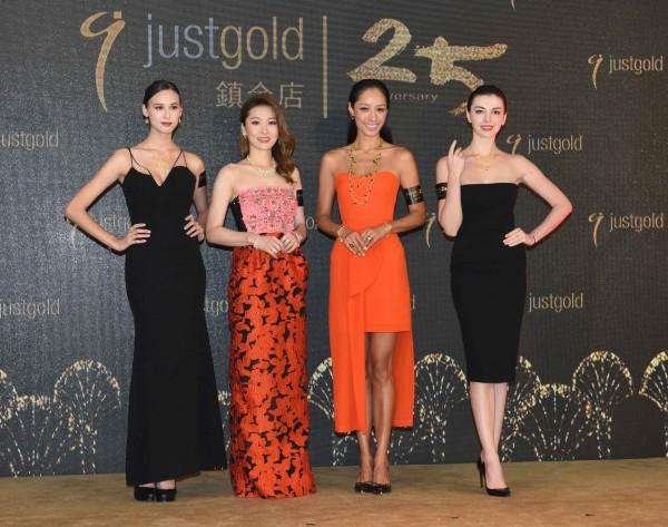 周麗淇、蔣怡以及兩位模特兒,配上Just Gold 2016 FallWinter金飾系列踏上天橋,以「真我‧真女人」的魅力演繹各自獨特的嫵媚動人氣息。