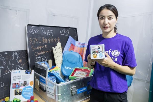UNICEF HK大使郭晶晶女士和孫耀威先生齊齊響應「布施行動」,參與設計「布施籌款箱」。