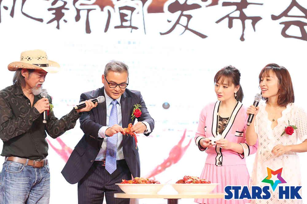 导演虞军豪和主演陈德容示范剥龙虾