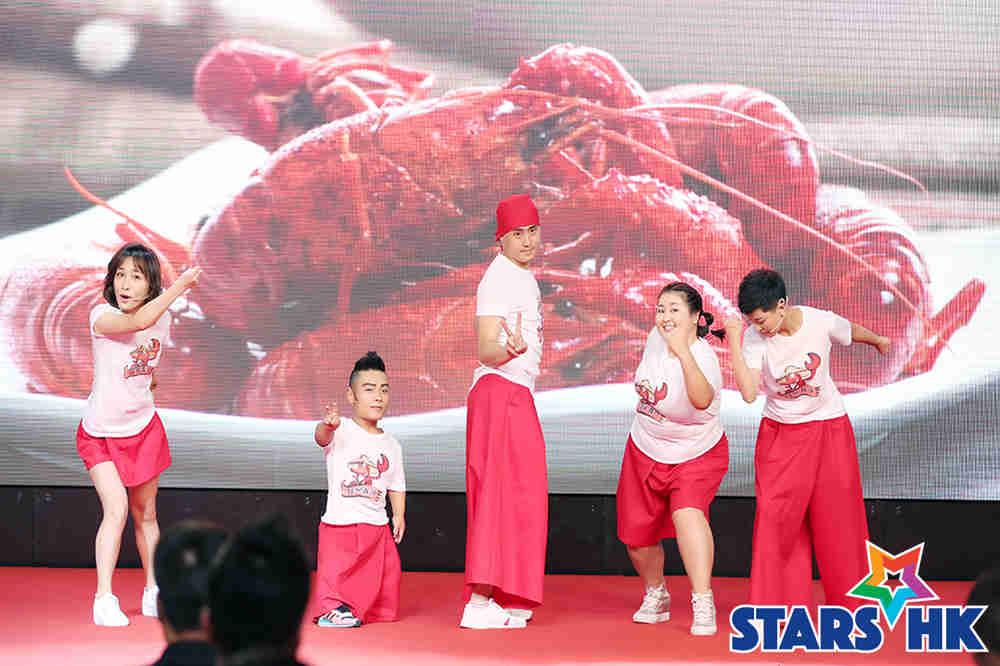 徐申东(左一)携剧组成员表演小品