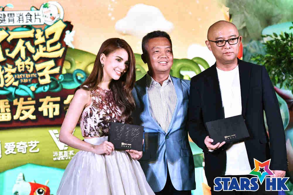 爱奇艺副总裁兼节目开发中心总经理姜滨与主持人合影